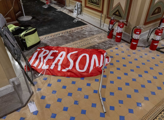 Una bandiera a terra con la scritta Treason (tradimento)