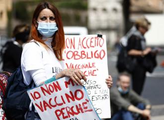 Minacce, spauracchi e identikit: è caccia al non vaccinato