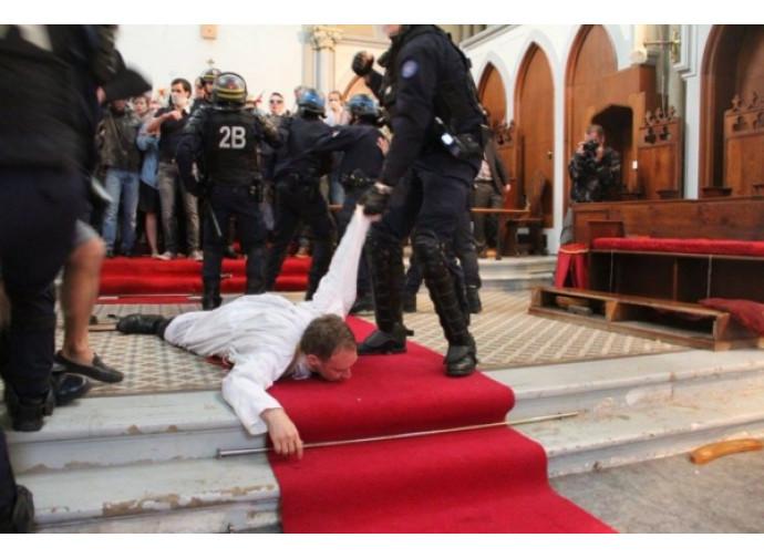 Padre William trascinato fuori dalla polizia