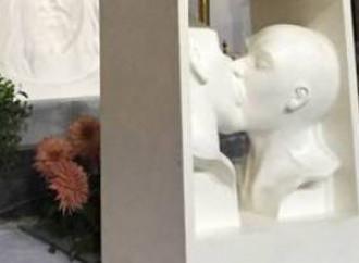 Lucca, statua bacio gay in chiesa