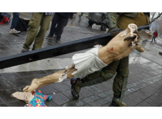 Chiese al rogo e crocifissi distrutti, un'assurda intifada