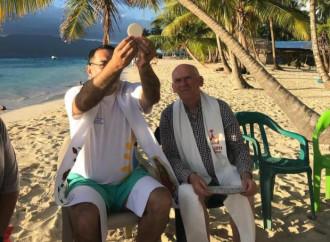 """""""Vamos a la playa"""", celebra il vescovo rivoluzionario"""