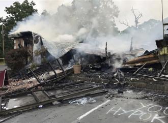 La chiesa bruciata, la guerra contro la fede e una luce