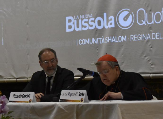 Il cardinale Burke introdotto dal direttore della Nuova BQ Riccardo Cascioli