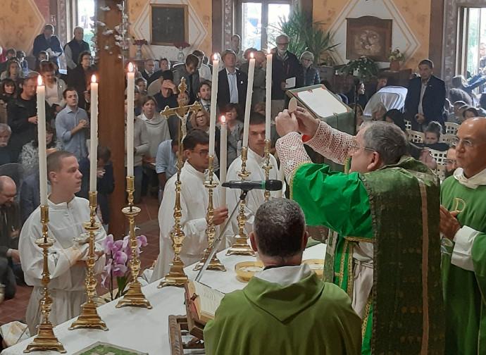 Il cardinal Burke celebra messa a PAlazzolo sull'Oglio