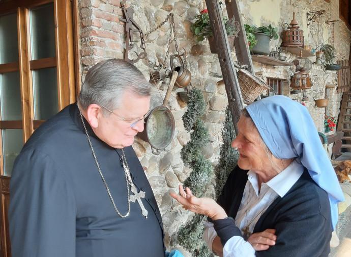 Il cardinal Burke con la padrona di casa suor Rosalina Ravasio