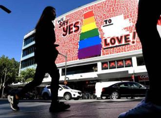 """""""Viva gli sposi gay"""": tutti d'accordo, anche la Chiesa"""