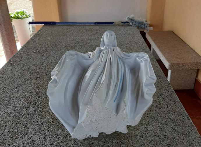 La statua della Madonna semidistrutta dai satanisti