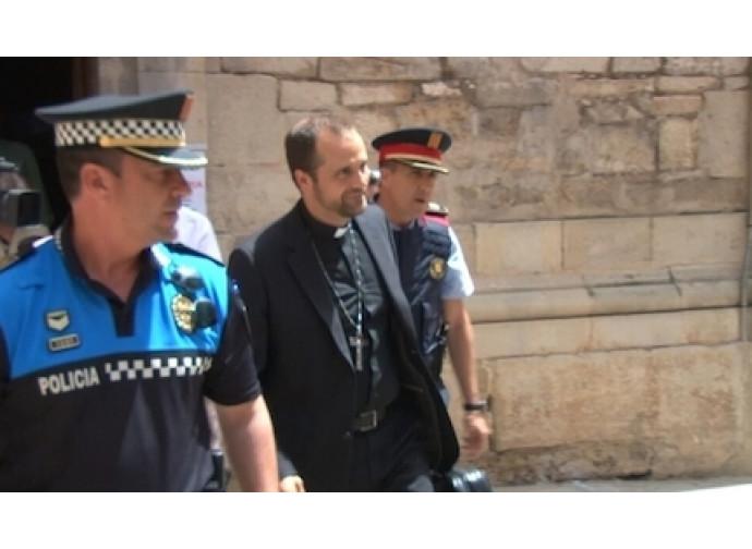 Il vescovo viene scortato dalla polizia