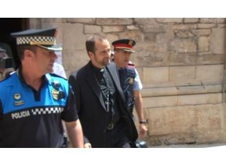 """Vescovo """"bandito"""" dai gay scortato dalla Polizia"""