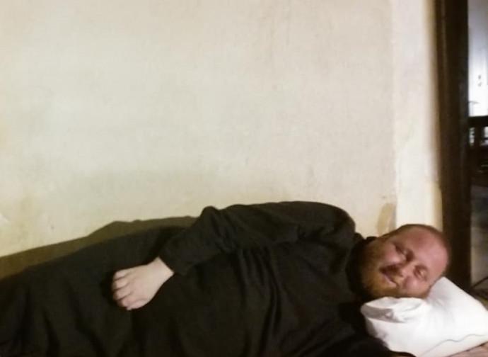 Il parroco di Lampedusa dorme sul sagrato della chiesa
