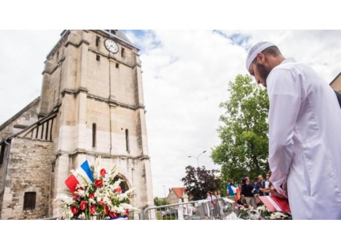 Un imam davanti alla chiesa di Rouen