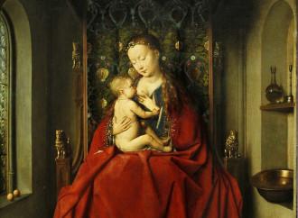 Arrendiamoci alla raffinata Regina che allatta