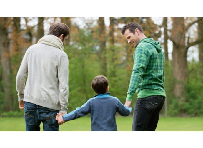Due gay con un bimbo