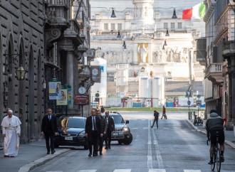 """Il Papa prega nella chiesa del miracolo """"anti peste"""""""