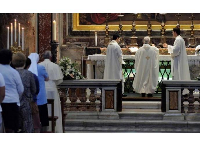 Il Papa assiste alla messa per San Pio X nell'altare a lui dedicato in San Pietro