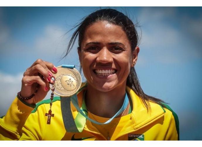 Juliana Santos mostra il Rosario sul podio