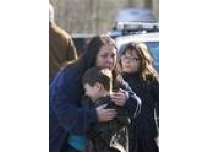 Scene di pianto a Newtown dopo la tragedia