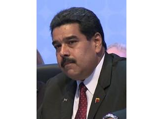 Maduro parla di dialogo al Papa e spara agli oppositori