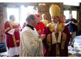 """Il vescovo: no a comunione e funerali per """"sposi"""" gay"""