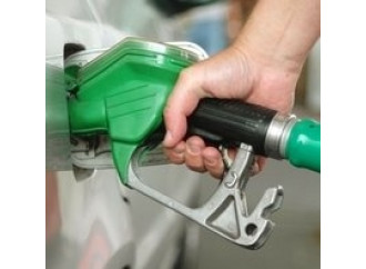 Paradosso benzina:  calano i consumi,  sale il prezzo
