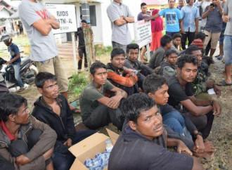 Gruppi di profughi Rohingya tentano di raggiungere illegalmente Malesia e Indonesia via mare