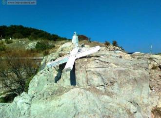 Una croce offende gli emigranti, dei vandali la abbattono