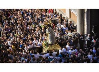 """Omofobia, in piazza col vescovo indagato: """"Non tacerò"""""""