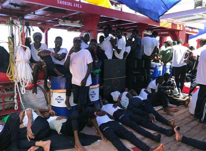 Nave soccorritori fa rotta verso l'Italia
