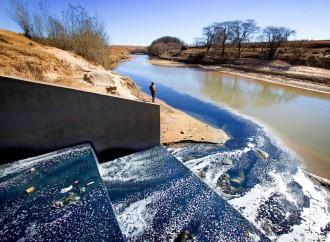 La fast fashion inquina i fiumi africani