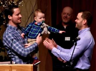 Alan Nachtigal e Blake Wilson, con il loro bambino danno testimonianza in chiesa