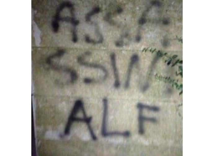 Minacce dell'Alf sull'ingresso di casa dell'allevatore di Salzano