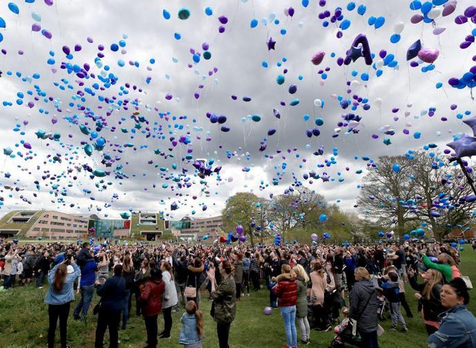 Folla all'esterno dell'Alder Hey Hospital lancia palloncini in cielo alla notizia della morte di Alfie