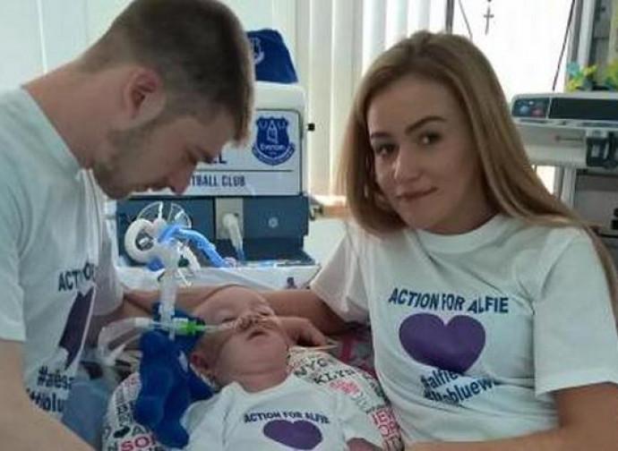 Alfie con i suoi genitori