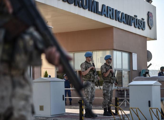 Soldati turchi di guardia al tribunale di Aliaga, dove è processato il pastore Brunson