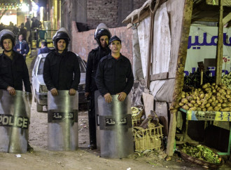 Un agente di polizia è morto in Egitto mentre tentava di disinnescare due bombe rinvenute vicino a una chiesa