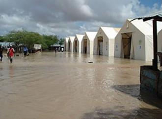 Forti piogge dopo una lunga siccità peggiorano le condizioni dei rifugiati di Dadaab