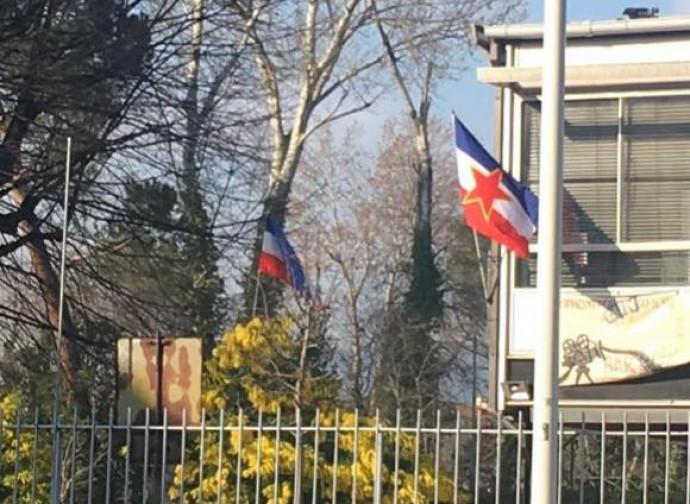 Gli antifascisti fiorentini espongono la bandiera di Tito