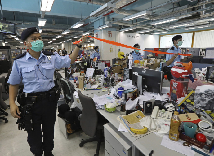 La polizia nella sede dell'Apple Daily