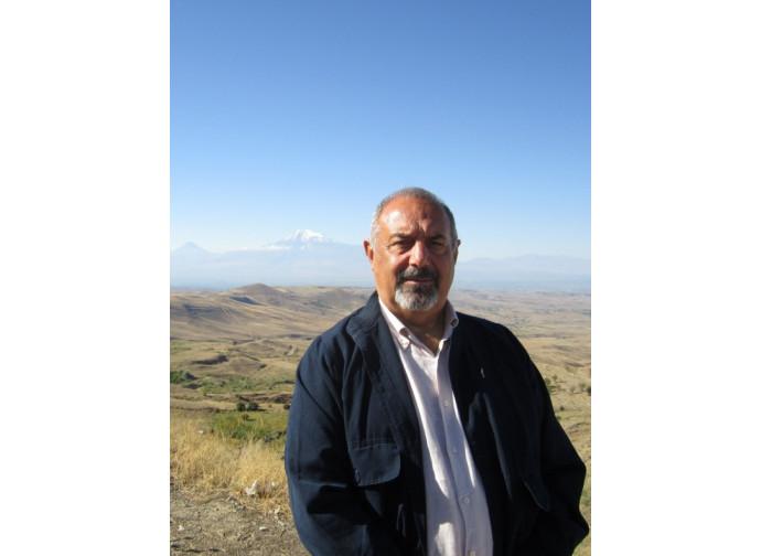 Baykar Sivazliyan sullo sfondo del monte Ararat