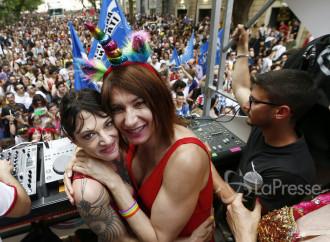 Scandalo al Gay Pride: Asia Argento bacia un uomo