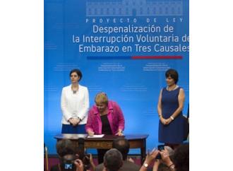 """Bachelet, abortista vittoriosa arriva """"da star"""" in Vaticano"""