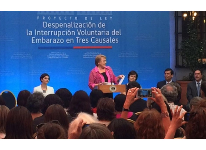 La presidenta Bachelet firma la legge di depenalizzazione dell'aborto