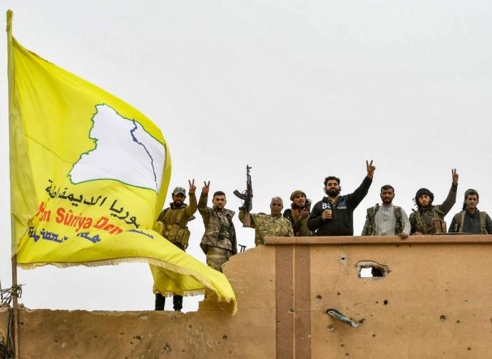 Forze Democratiche Siriane issano la bandiera a Baghouz