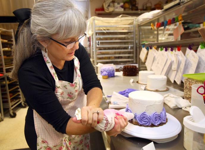 Cathy Miller all'opera nella sua pasticceria
