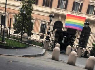 Bandiera arcobaleno all'ambasciata Usa a Roma