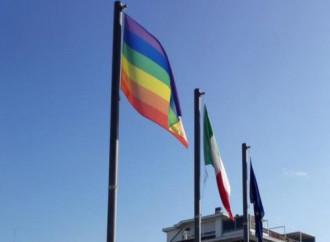Bandiera arcobaleno all'ambasciata italiana in Spagna