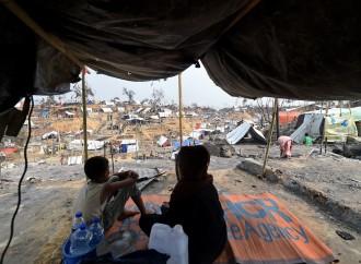 I rifugiati musulmani Rohingya impediscono la sepoltura di un cristiano