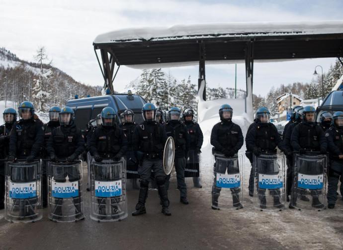 Posto di blocco della polizia a Bardonecchia, confine con la Francia
