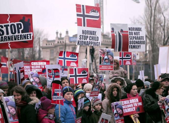 Manifestazione contro il Barnavarnet (servizi sociali norvegesi)